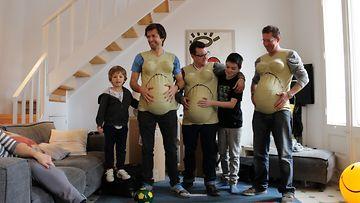 Miehet kokeilevat, millaista on olla raskaana