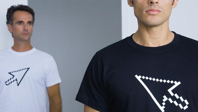 Kaksi miestä paidassa, jossa on nuoli