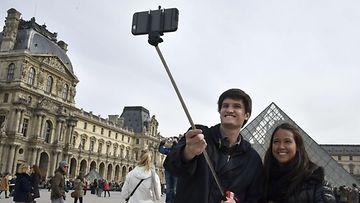 Selfie keppi Louvre Pariisi