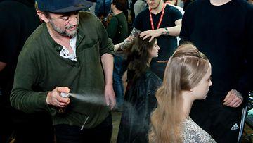 Eugene Souleiman muotoilee hiuksia
