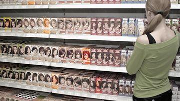 Nainen ostaa hiusväriä