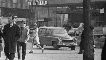 Katunäkymä Helsingin keskustasta huhtikuussa 1970. Taustalla Valintatalo