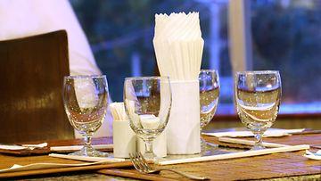 ravintolapöytä, vesilasit