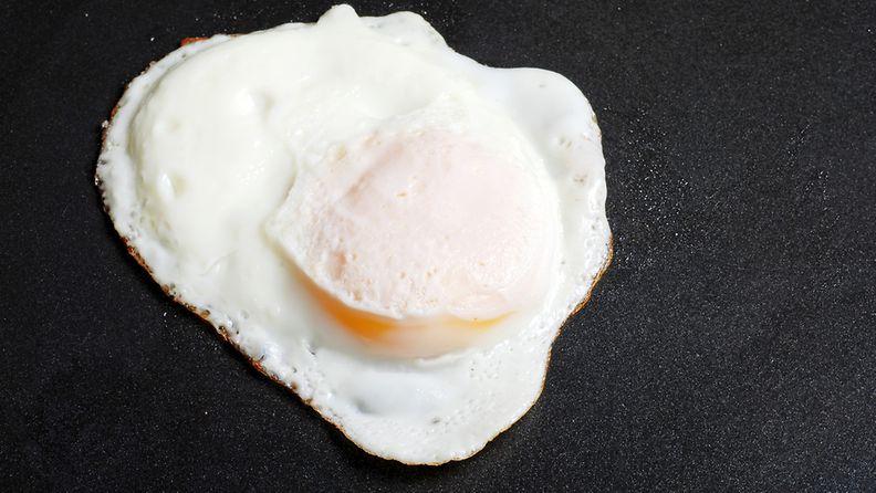 Kananmuna kevyesti toiselta puolelta paistettu