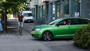 Autoilija ja pyörä