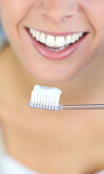 Nainen pesee hampaat (1)