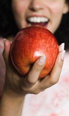 Nainen syö omenaa