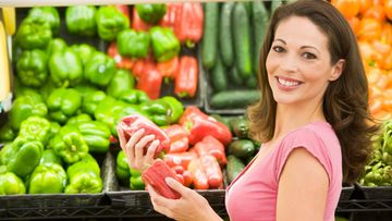 Nainen ostaa hedelmiä