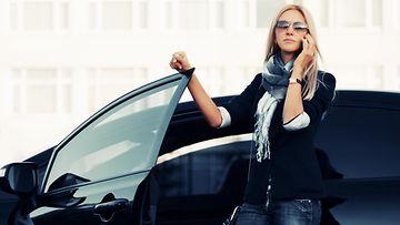 nainen ja auto