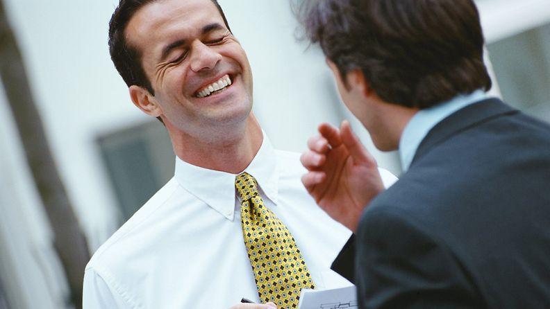 Mies nauraa