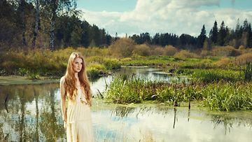 Nainen metsässä lammen rannalla1