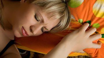 Nainen nukkuu levottomasti