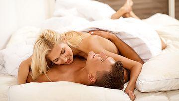 Pari makaa sängyssä