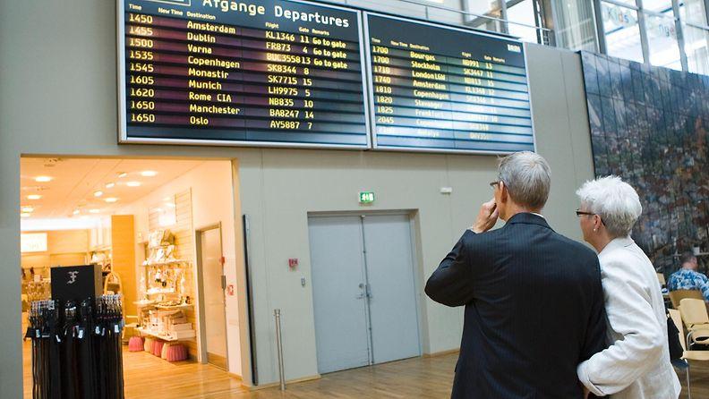 Seniorimatkailijat lentokentällä