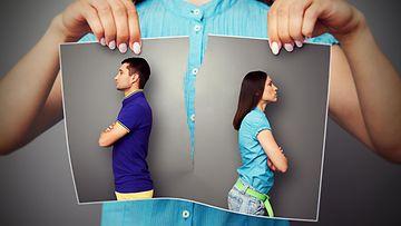 Nainen repii kuvan pariskunnasta