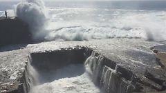 VIDEO: Kalliolla seisova turisti aliarvioi j�ttiaallon