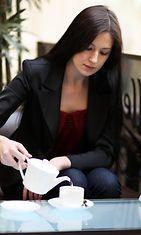 Nainen kaataa kahvia