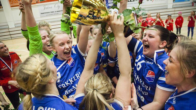 Dickenin pelaajat juhlivat SM-kultaa.