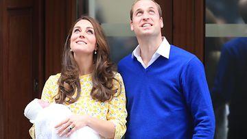 Catherine ja William esittelivät pikkuprinsessansa 2.5.2015. (1)