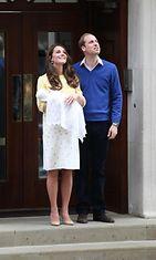 Catherine ja William esittelivät pikkuprinsessan 2.5.2015.