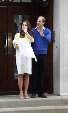 Catherine ja William esittelivät vastasyntyneen pikkuprinsessan 2.5.2015. (1)