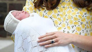 Catherine piteli vastasyntynyttä prinsessaa sylissään. 02.05.2015.