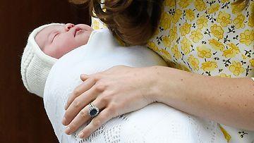 Catherine piteli vastasyntynyttä prinsessaa sylissään. 02.05.2015. (1)