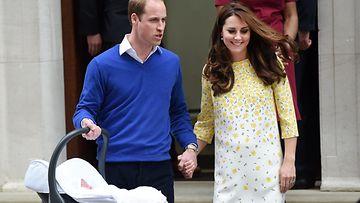 Catherine, William ja vastasyntynyt prinsessa. 02.05.2015.