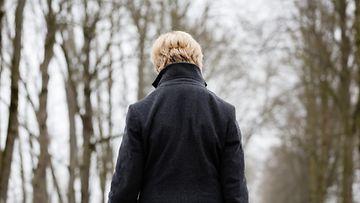 nainen_kävelee