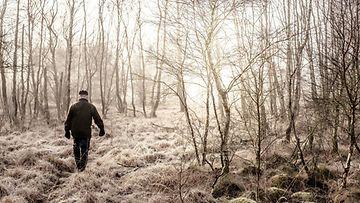 Mies yksin metsässä