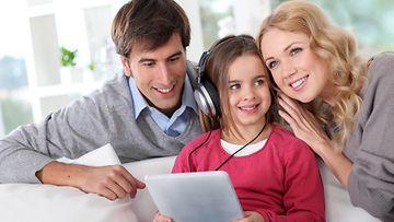 Perhe kuuntelee musiikkia