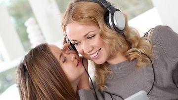 Perhe kuuntelee musiikkia (1)