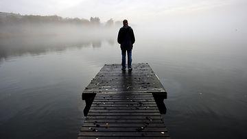 yksinäinen mies laiturilla