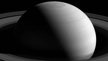 Kun pinta pettää. Tässä Nasan tuoreessa kuvassa Saturnus näyttää rauhalliselta kuin sylikoira helteellä. Todellisuudessa sen pintaa repivät jatkuvasti supermyrskyt, joiden vertaisia maapallolla ei ole.