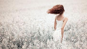 Nainen pellolla