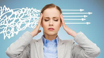 Naisella on päänsärky ja stressi