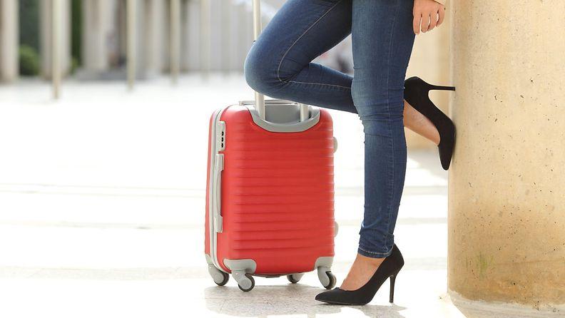 nainen_matkalaukku