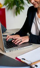 Nainen töissä tietokoneella