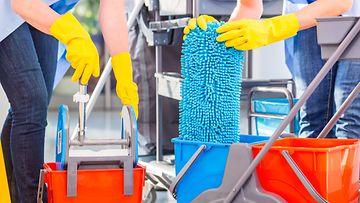 Nainen töissä siivoojana