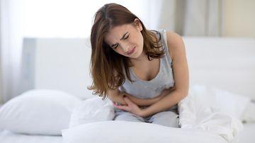 Naisella on vatsakipuja (2)