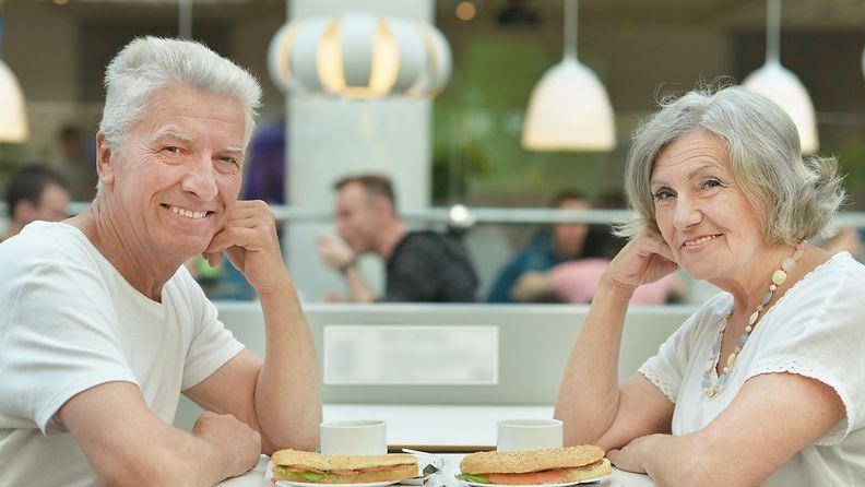 Eläkeläispari ravintolassa