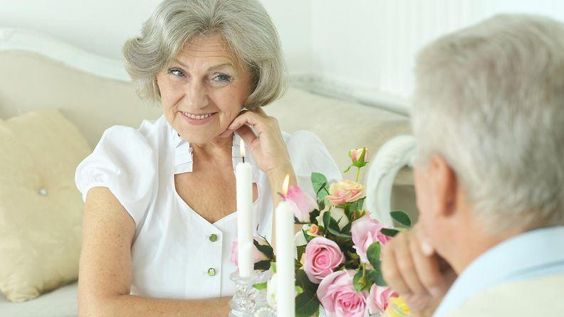 Eläkeläispari ravintolassa (1)