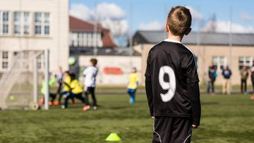 Lapsi jalkapallotreeneissä