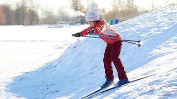 Lapsi hiihtää