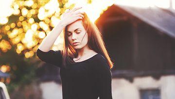 Nuori nainen auringossa