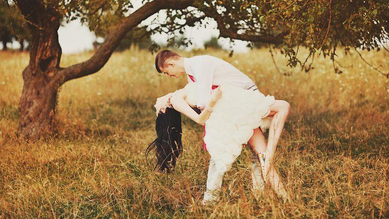 Pari tanssii pellolla