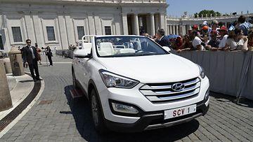 Paavin uusi Hyundai-paavimobiili.