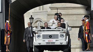 Ennen Hyundaita paavi ajelutti itseään Mersulla.