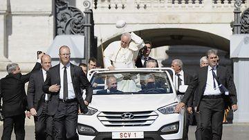 Hyundai-kyyti oli ilmeisen hurjaa, sillä Paavi Franciscus menetti lakkinsa ajelulla.