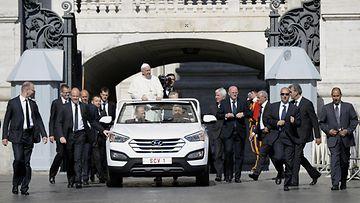 Paavin ja Hyundain alkutaivalta vartioi merkittävä määrä turvamiehiä. Liekö osa ollut mekaanikon koulutuksen saaneita?